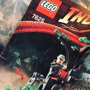 Lego 7625 Indiana Jones: Kingdom of the Crystal Skull: River Chase.    Fra år 2008. Udgået.    Sættet indeholder 215 dele og 4 minifigurer: Marion Ravenwood, 2 x Russian Guard og Indiana Jones.  Uden kasse men med manual og samtlige klodser