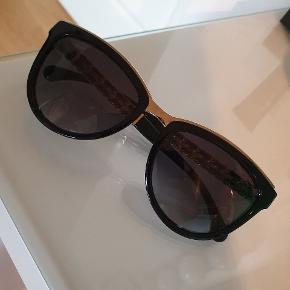 Sælger disse super fine Chanel solbriller, da jeg ikke får dem brugt nok. Modellen hedder Cat eye sunglasses. De er købt i Madrid i april 2018 Til 440€. Alt haves stadig. Køber betaler fragt og gebyr ved ts-handel. Mp. er 1200, men er åben for realistiske bud!