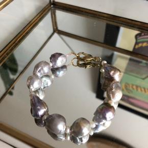 Armbånd af 🐚 9 Vintage lilla barok perler 💜 9 små hvide ferskvandsperler  Lås: messing  Mål: 17-19 cm Perlerne er ikke alle ens - varierer som ses på billederne   #trendsalesfund  Se mine andre annoncer med smykker