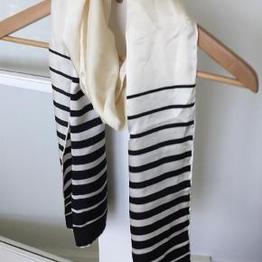 Brand: Emanuel Ungaro Varetype: Tørklæde Størrelse: 0 Farve: Sort Hvid  Fint silketørklæde