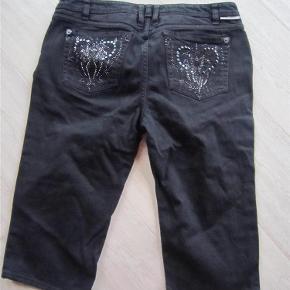 Brand: J & Company Varetype: Knickers Størrelse: 32 Farve: Sort  Superfede knickers i god kvalitet med flotte lommer bagpå.