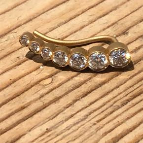 Sophie Bille Brahe Petite Croissant de lune. 18 karat guld og 0,33 carat hvide diamanter (topwesselton/vvs). Der medfølger æske og certifikat. Den er til højre øre. Nypris: 19.300 Bud kan starte fra 12.000 via bank/mobilepay