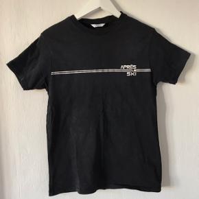 Sælger denne t-shirt fra Envii, den er en størrelse M. Den har været brugt, men fejler intet. Sælges for 50,- Købes flere annoncer sammen kan vi arrangere mængderabat:))