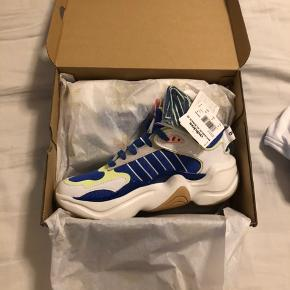 Sælger disse lækre Adidas sneakers, da jeg har to par. De er helt nye, aldrig brugt eller prøvet. Stadig i kasse og med mærke. Str 38