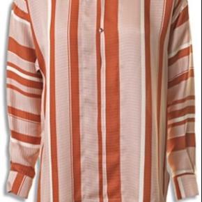 Super lækker skjorte i 100% silke. Størrelsen svarer til en 36. Meget lækker.