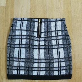 Smart kort nederdel med flot pynte lynlås bagpå.  Se også mine andre annoncer, og få en god samlet pris hvis du køber flere varer.