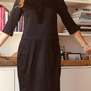 Varetype: Midi Farve: Sort Oprindelig købspris: 1700 kr. Prisen angivet er inklusiv forsendelse.  Rigtig fin Day kjole, brugt få gange. Kan både bruges med bare ben, leggings og jeans til.  Bytter ikke Bud er velkomne