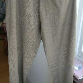 Et par fede track suit pants i ren uld fra Han Kjøbenhavn, lavet i khaki nuance. Sidste billeder er samme buks anden farve. Fejler intet. Str. Er 31 med flex i pasformen da den har elastik i livet.