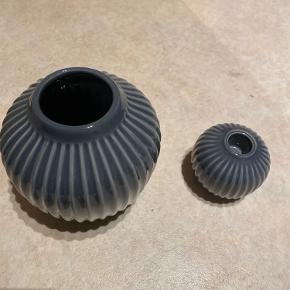 Kähler Hammershoi vase og lysestage. Sælges samlet. Sendes ikke.  Mp 100 kr.