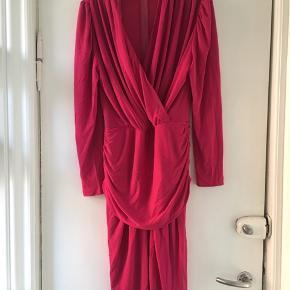 Flot vintage / retro kjole str 40 i helt perfekt stand. Farven er klar pink, og den er perfekt til en tur i byen. Mål: længde: 110 cm, bryst: 2*45. Talje: 2*37. Stoffet kan give sig.