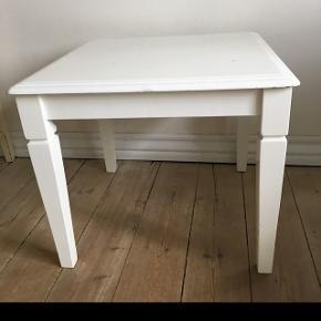 Lille robust bord hvor bordpladen måler 60.60.Bordet er 53 højt. Bordet har stået ude og har derfor fået skade i maling. Trænger til en kærlig hånd. Hentes på Frederiksberg