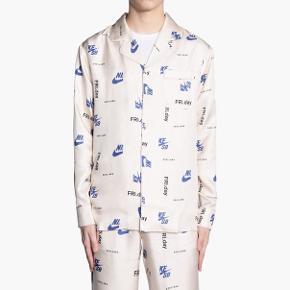 Helt nyt silkesæt fra Soulland i collab med Nike. Skjorte str L, bukser str M. Sælges samlet. Fejler absolut ingenting. Nypris 5500kr.