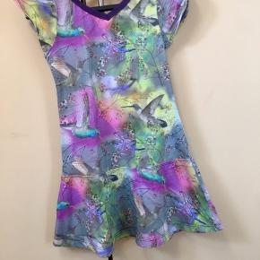 Tror kun vi fik nået at bruge denne smukke kjole en enkelt gang. Den er syet af min mor, der syer lige så godt som en skrædder.  Fra hjem uden røg el dyr.  Print på begge sider.