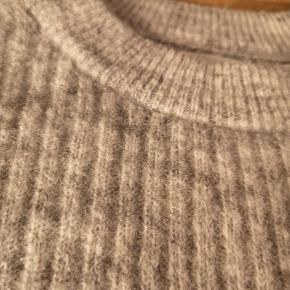 Sweateren er brugt, men stadig super fin