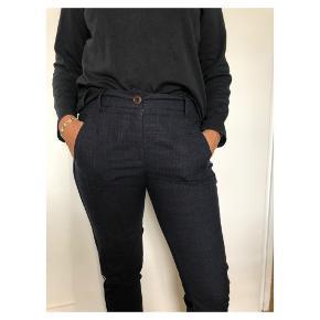 Fine bukser i str 38. Polyester, uld, hør, polyamid og elastan
