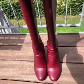 Skønne knælange støvler i faux skind. Wide fit.