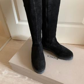 Super lækker lang ruskinds støvle fra Bianco, med lynlås hele vejen op.  Brugt 2 gange kom med bud.  Ny pris 1200kr.