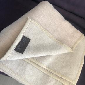 Sælger denne dejlige uld tæppe/plaid i beige farve fra Lama Alpaka.  Kan afhentes i Tranbjerg, Hørning eller Silkeborg efter aftale.