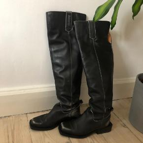 """*Sælges kun hvis rette bud opstår.*  Sælger de her lækre læder GANNI støvler. Str 38 (passes af 38,5). De er i bedre stand end """"god men brugt"""", men de er heller ikke """"som nye"""".  Nypris 5500 kr.  Mp: 2700 kr."""