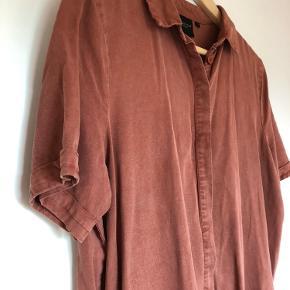 Super smuk lang skjorte kjole/ tunika. Virkelig blødt og behageligt stof. Den har slids i begge sider og skjulte lommer.