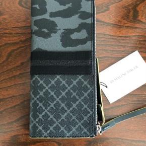 MB - pung i sort/grå leopard. Ny pris 1599 kr. Aldrig brugt, stadig mærke på. Bytter ikke - mp. 750 kr pp. via mobilepay Haves også i brun på anden annonce.