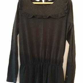 Sort buksedragt fra pomp de lux i tyndt jerseystof med blondeeffekter øverst. Str 146/152, I fin stand.