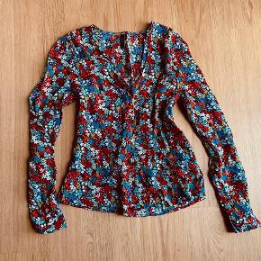 Så smuk ny bluse  Med multi blomster  Brugt en gang