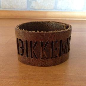 Varetype: Armbånd Størrelse: - Farve: brunt Oprindelig købspris: 449 kr.  Super fedt og råt armbånd fra Bikkembergs. Byyyd