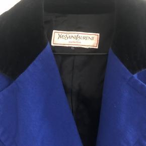 Vintage smuk YSL jakke. Ingen str i men vil passe en 36 eller lille 38. God vintage stand.