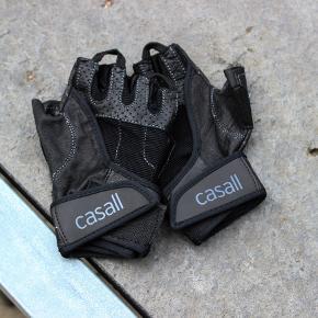 Træningshandsker fra Casall, der måske er brugt et par gange.  Størrelse S.