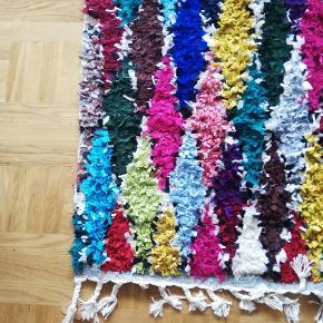 Meget smukt og farverigt marokkansk tæppe i bomuld. Det er købt brugt men jeg har slet ikke brugt det, da det desværre ikke passer ind i min bolig. Derfor sælger jeg det videre til en ny heldig ejer :-)  Åben for bud :-)