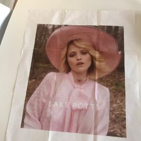Stor, Limited Saks potts plakat i lyserød med sky ferreira. Den har aldrig været hængt op, men har været foldet, hvilken jeg ikke tænker bliver et problem hvis man feks. vil have den i ramme. min prisside er 300 kr