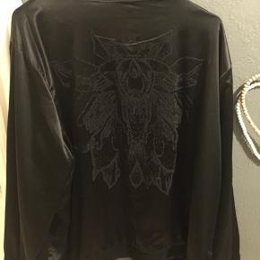 Fin Zoey jakke med print på ryggen - størrelse 46-48  Brugt få gange