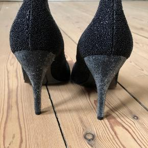Sælger mine stiletter fra Rochas. Brugte en gang, er som nye og fejler intet.  Passer til 38.  Ægte læder. Smukke og unikke stiletter.  Hæl: 10,5 cm.  Byttes ikke.