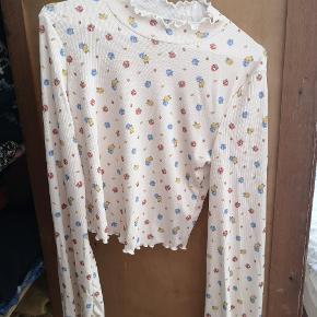 Crop bluse fra Asos, med vide ærmer. Størrelse 40, men lidt lille i det.