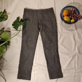 J. Lindeberg suitpants i uld, gode varme til vinter. Skrumpet lidt i vask, så det er mere en 46 i størrelse. Selvom det er Slim fit til en 48.