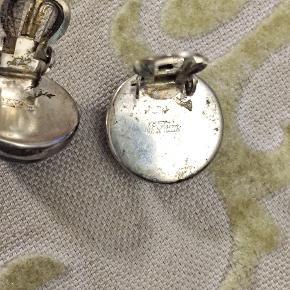 Smukke øreclips i sølv af smykkekunstner Niels Erik From. Fra 60'erne. Den helt sorte sten kunne være en agat...eller onyx. Ø 16mm Se også mine mange andre sager. Jeg giver gerne mængderabat.  #vintage #trendsalesfund #design
