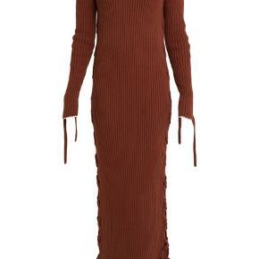 Strik kjole fra By Malene Birger med snor detaljer i siderne 🍄 kun brugt i kortere periode