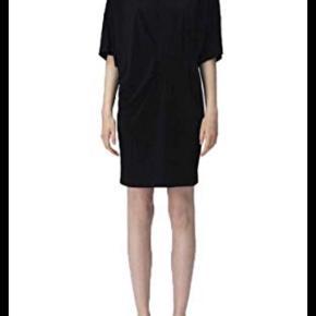 MB - T-shirt kjole i lækkert oversize elastisk stof -  XS (stor i str.) ny pris 1300 kr - mp. 650 kr. Bytter ikke. Min er sort - den bordeaux er så man kan se designet og detaljerne bedre.