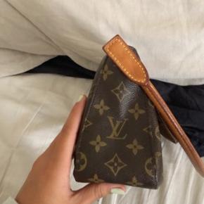 Sælger Louis Vuitton mini looping bag. Tasken har en rigtigt fin størrelse og kan faktisk indeholde en del ting. Tasken er vintage og har fået lidt patina i læderets farve❤️ taksen har også serienummer. Den er super sød og passer til alle outfits, skriv pb for mere info!  Np: 6500 Mp: BYD