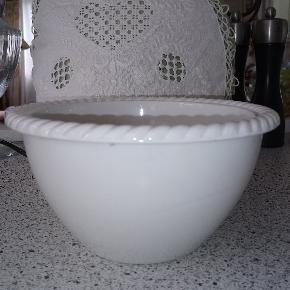 Pillivuyt salatskål i udgået mønster. Højde 10 cm, dia. 18,5 cm. Dejlig salatskål til, når I kun er to.