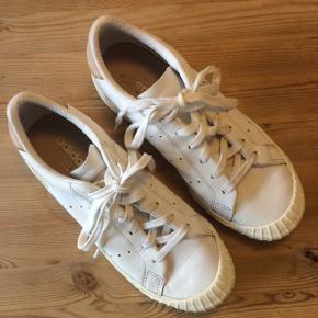 Adidas Classic i hvid læder med gummi-spidser. Brugt få gange.
