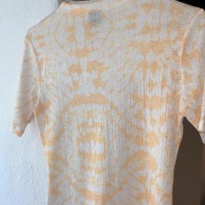 Mega fin tie dye t-shirt fra gina tricot. Aldrig brugt. Sender gerne. Skriv for flere billeder:)