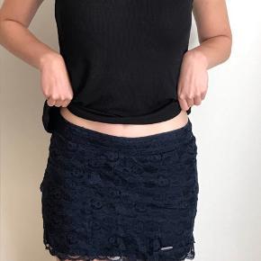 Mørkeblå nederdel fra Abercrombie and Fitch.