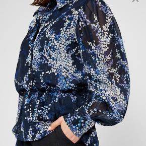 Smuk skjorte fra Rue de Femme.  Perfekt stand, aldrig brugt.   Yderstof: 98% polyester og 2% metal Foer: 95% viskose og 5 % elastan