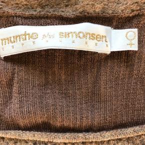Sååå fin strikket bluse med fineste skønne detaljer. Sidder flot og fremhæver taljen og barmen 👌  Fejler intet og kommer fra ikke-ryger hjem !  Når nu du alligevel er her, så tag evt et hurigt kig på alle mine andre mærkevarer både til manden, barnet eller dig selv ❤️  #30dayssellout ⭐️⭐️⭐️