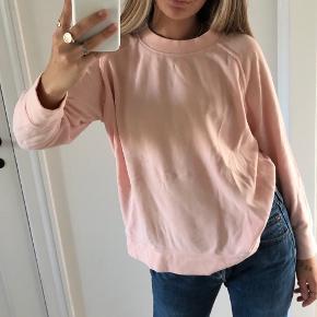 Sælger denne sweater i størrelsen M.   Den har et logo bagpå:)) Fejler ikke noget  GRUNDEN TIL SALGET: bruger den ikke.  ((RØGFRIT HJEM)) ((BYTTER IKKE)) I er meget velkommen til at skrive for flere billeder eller andet:))