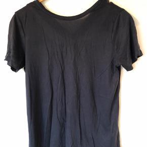 Super blød t-shirt med en flot detalje på ryggen. OBS. den er mørkeblå og ikke sort!  Se også mine andre +100 annoncer! Dixie, Selected femme, Modstrøm, Neo noir, Second female, Ecco, Vagabond, Eastpak