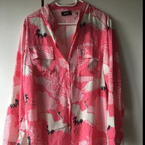 Super flot skjorte/tunika fra Define's sommer kollektion 18. Farven mindst ligeså aktuel forår/sommer 19. Spændende print på 100 % viscose. Falder flot tungt. Ny pris: 499 kr.