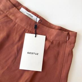 Gestuz flæse nederdel i farven russet str. 36. Nypris 799 kr. 🐅 Materiale: 50% viskose & 50% polyester   Byd gerne kan både sendes på købers regning eller afhentes i Aarhus C 📮✉️